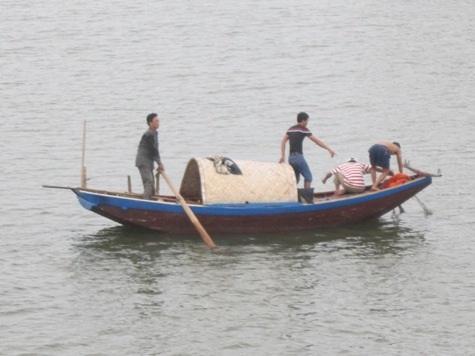 Đội cứu hộ nỗ lực tìm kiếm thi thể nạn nhân