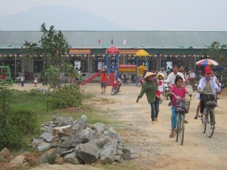Phụ huynh xã Tân Lộc (huyện Lộc Hà, Hà Tĩnh) đưa con em đến trường Mầm non.