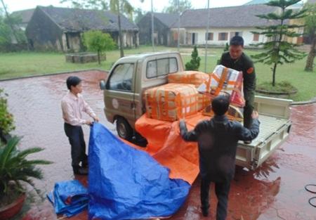 Hàng cứu trợ được Văn phòng đại diện Báo Dân trí Bắc miền Trung chuyển về tận cơ sở