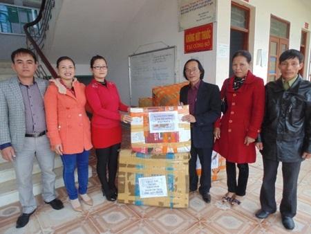 Chính quyền xã An Lộc tiếp nhận hàng cứu trợ củacông ty Admicro