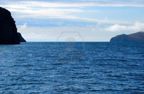 Làn nước trong vắt xanh thăm thẳm như chiếc gương soi khổng lồ của tự nhiên