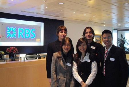 Hiếu (ngoài cùng bên phải) và các thành viên trong đội thi IBM University Business Challenge