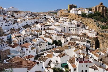 Thị trấn Setenil de Las Bodegas với những ngôi nhà trắng xinh xắn nhìn từ trên cao