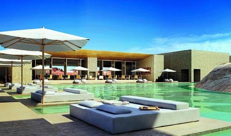 Bể bơi với làn nước trong xanhtại khu resort