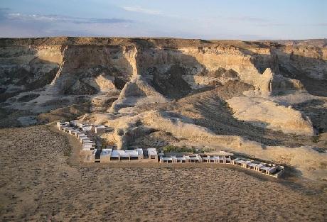 Giữa vùng sa mạc khô cằn và phủ một màu cát trắng cùng những vách núi đỏ