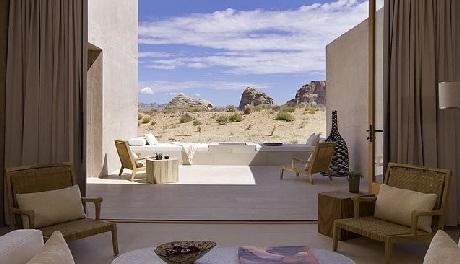 Tầm nhìn hướng ra sa mạc mênh mông từ một căn phòng trong resort
