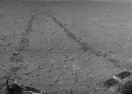 Dấu vết bánh xe của robot thăm dò Curiosity để lại trên bề mặt sao Hỏa
