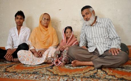 Bà Zeenat và gia đình người bảo trợ