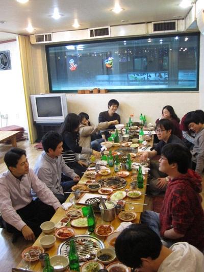 Người Hàn quây quần bên nhau trong bữa ăn cuối năm