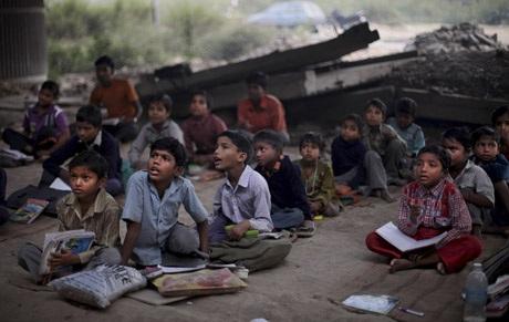 Học sinh của Sharma đều là những trẻ em nghèo không đủ điều kiện đi học ở trường công