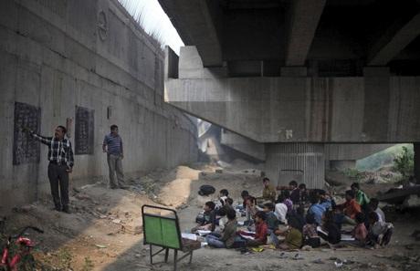 Lớp học đặc biệt dưới gầm cầu của Sharma và anh trai