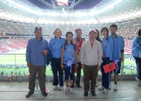 Hương Thảo (thứ 3 từ trái sang) tham gia tình nguyện Euro 2012