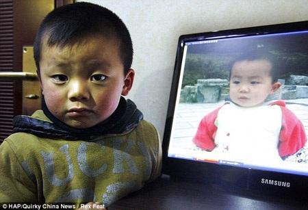 Con trai hai người cũng giống nhau như lột