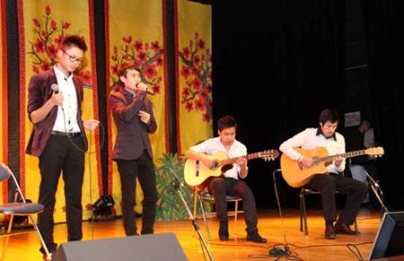 Những giai điệu thiết tha, náo nức, rộn ràng; những ngôn từ ý vị của bài hát Lắng nghe mùa xuân về