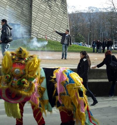 Tiếng pháo nổ thu hút sự chú ý của rất nhiều bạn bè quốc tế