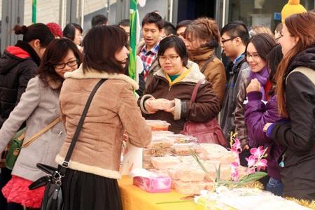 Các sinh viên quốc tế háo hức khi được thử các món ăn Việt Nam