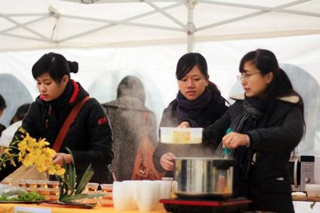Các tình nguyện viên chuẩn bị món ăn một cách kĩ lưỡng