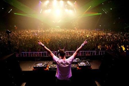 """Được mệnh danh là """"phù thủy"""" âm nhạc, DJ đang là nghề thu hút giới trẻ"""