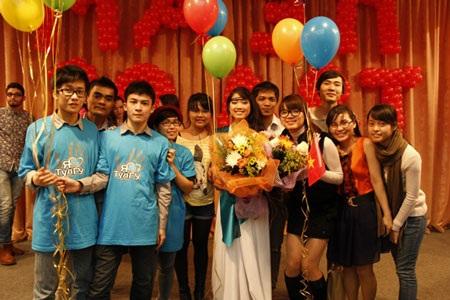 Dung và bạn bè ăn mừng chiến thắng