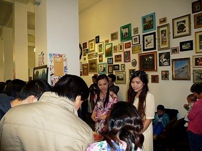 Khu vực triển làm hình ảnh và bán đồ lưu niệm Việt Nam thu hút người xem