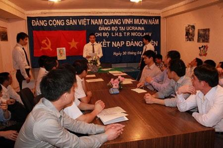 Đảng viên trẻ, những người giữ cờ cách mạng nơi xứ người.