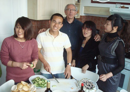 Christophe quây quần bên SVVN cùng nấu món ăn Việt