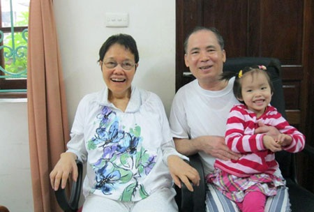 Ông bà ngoại vui mừng đón cháu về thăm (Hà Nội 2012)