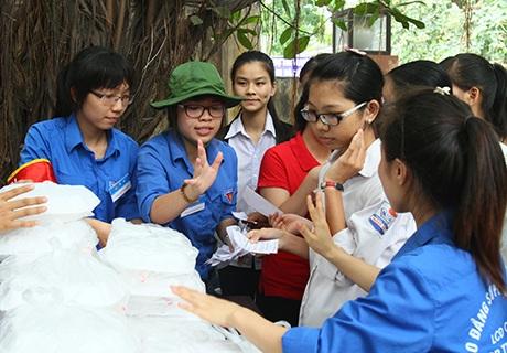 Sinh viên tình nguyện phát cơm miễn phí cho các sĩ tử
