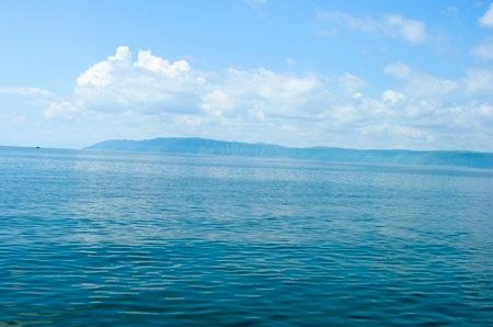 Mặt hồ Baikal vào mùa hè. Ảnh: KD