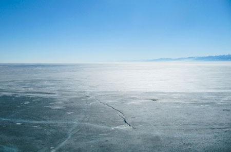 Trước mặt làng cổ là hồ Baikal, xa xa là những ngọn núi mờ ảo. Ảnh: KD