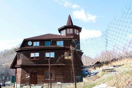 Một ngôi nhà tại làng cổ Angasolka. Ảnh: KD