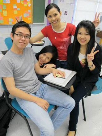 Sinh viên PHC Edu Links (áo đỏ) tại Đại học