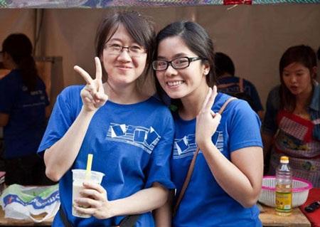 Tân Ngọc Thanh (phải) và bạn học trong một hội trại của sinh viên tại Úc