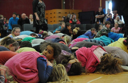 Học sinh tiểu học tại Wellington trong cơn động đất - Ảnh: STUFF.CO.NZ