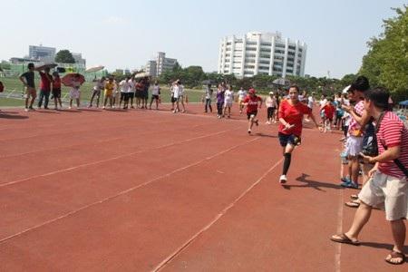 Chạy tiếp sức là một nội dung thi đấu được nhiều người cổ vũ