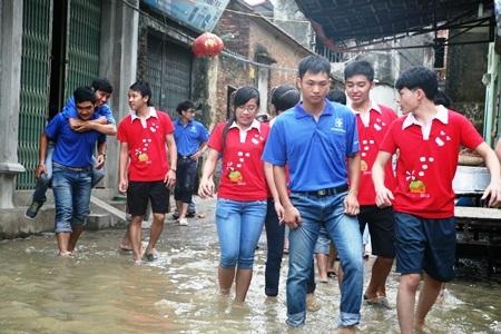 Lội nước sông Cầu ngày mưa để làm tình nguyện