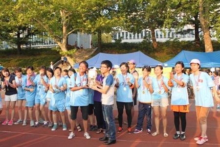 Đại diện BTC trao cúp và giải thưởng cho đội vô địch bóng đá nữ