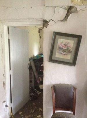 Nhiều tòa nhà, cửa sổ bị hư hỏng nặng - Ảnh: STUFF.CO.NZ