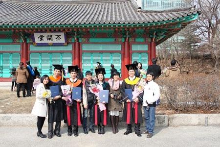 Những người Việt trẻ nhận bằng tốt nghiệp tại ngôi trường có truyền thống nhất xứ Hàn.