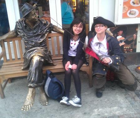 Hà Thu (trái) chụp ảnh trên một con phố ở Praha