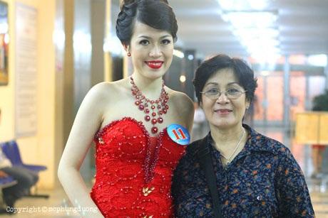Hồng Quân cùng với mẹ, giảng viên thanh nhạc Kim Tân