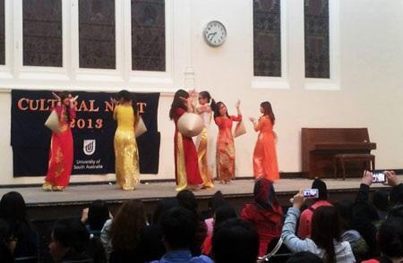 Tiết mục múa của những nữ sinh Việt thu hút ống kính khán giả