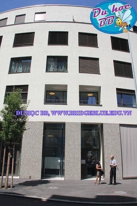 Du học BB thăm khu học xá mới của trường 2013: trước lối vào khu học xá mới