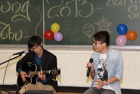 """Tiết mục """"As long as you love me"""" do 2 bạn Xuân Thái, Quang Hưng trình bày"""