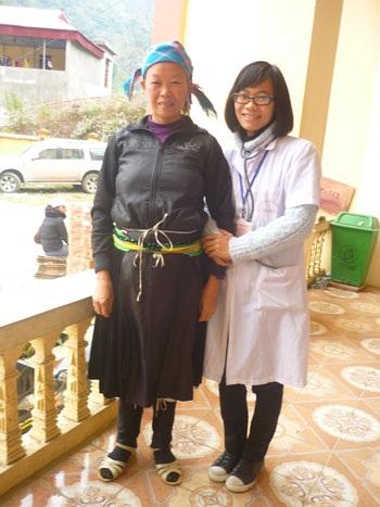 Ánh Điệp trong một lần tình nguyện lên khám chữa bệnh ở vùng cao