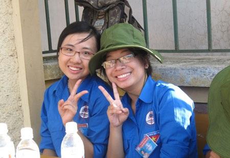 Nữ thủ khoaképxuất sắc Trần Minh Hằng (phải)