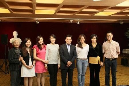 Đại sứ Việt Nam tại Pháp Dương Chí Dũng (giữa) cũng tới tham dự buổi giao lưu