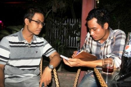 Anh Lê Văn Hậu (bên trái) sau 5 năm đi đào tạo chuyên ngành Hóa dầu ở nước ngoài về làm nông.