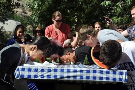 Bạn Nguyễn Nam Phương trong cuộc thi ăn dưa hấu