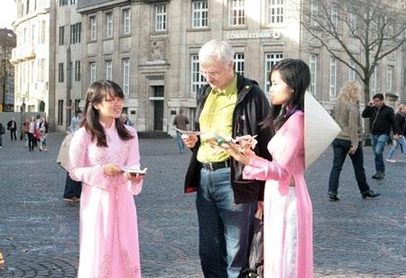Kể cho khách những câu chuyện miền Trung. Ảnh: Ngọc Hưng